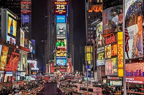 многочисленные огни рекламы в большом городе